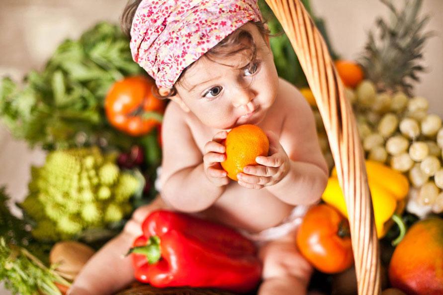 Babyfotografie Berlin, mmädchen in ein Korb mit Obst