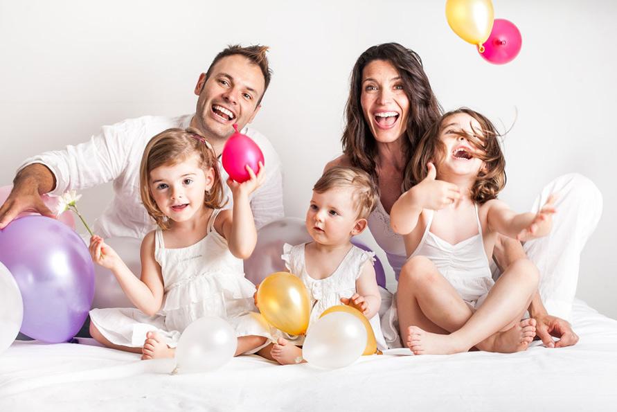 Familienfotografie Berlin, Eltern mit Kinder und Luftballons