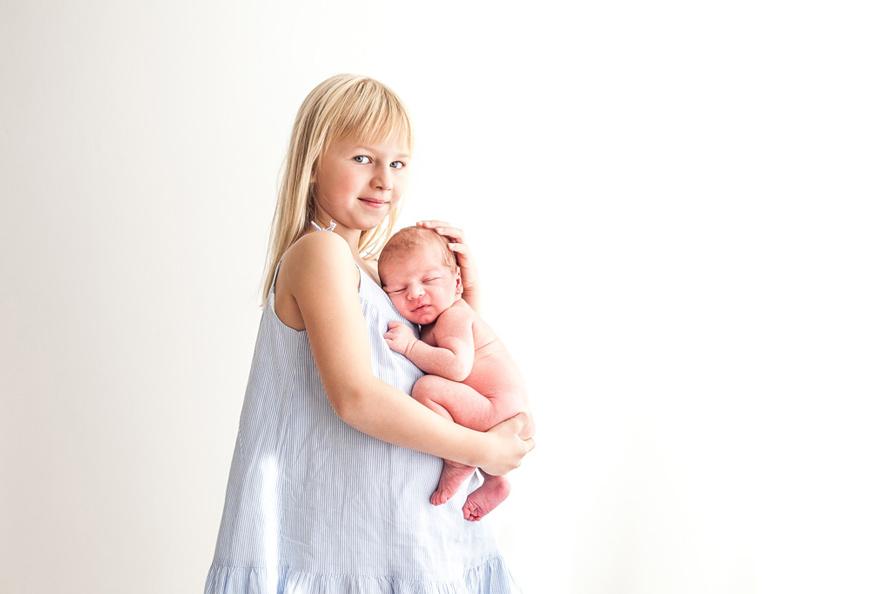Familienfotografie Berlin, Neugeborenen mit Schwester