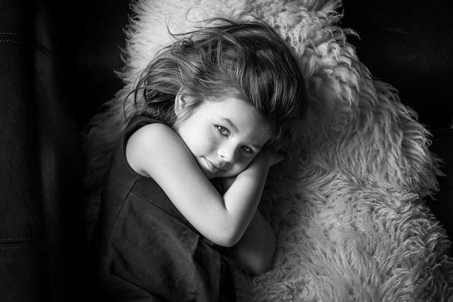 Schwarzweiss Kinderfotografie, Mädchen in Schwarzweiss