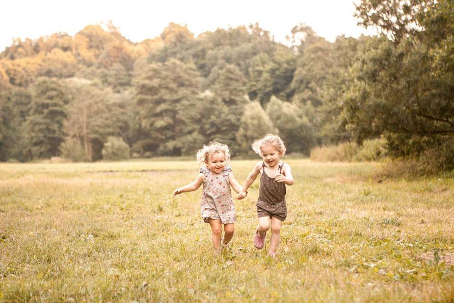 Outdoor Fotografie Berlin, Mädchen laufen im Wald