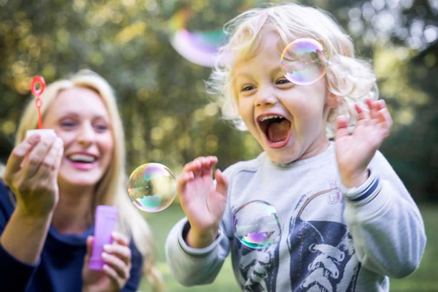 Outdoor Fotografie Kinder im park mit seifenblasen